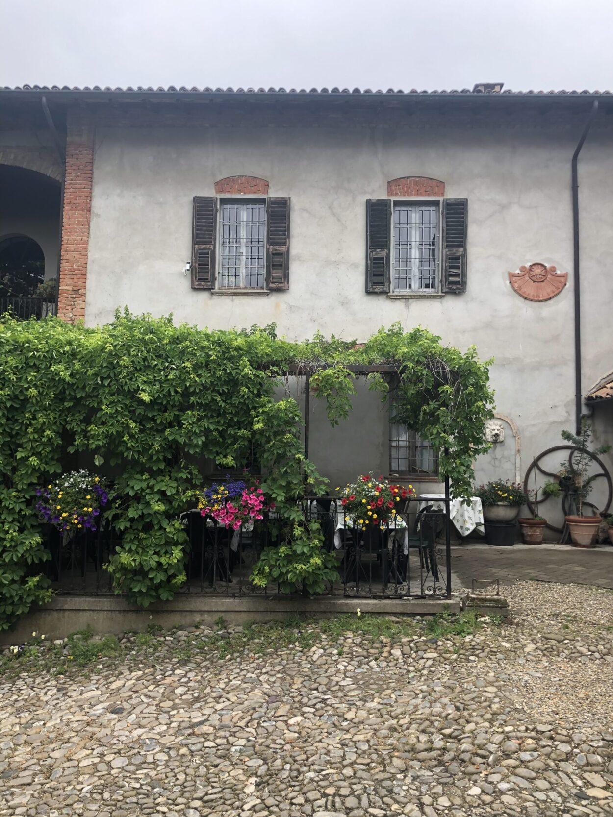 cascina con pergolato fiorito dell'azienda agricola Montelio Vini