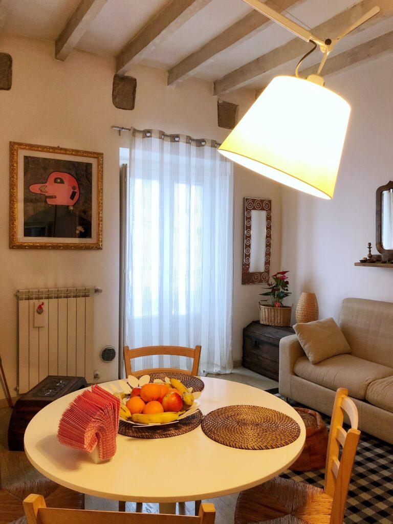 """Tipologia arredamento, tavolo e divano di """"Vintage Flat - Porta Romana"""""""