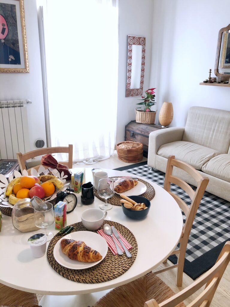 """Vista del tavolo nel soggiorno di """"Vintage Flat - Porta Romana"""""""